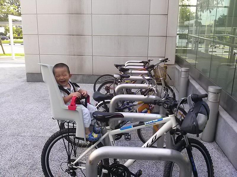 自行车座椅上的儿子